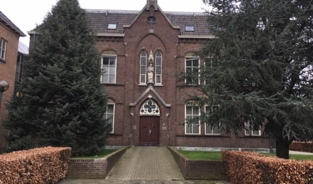 De keuze voor het mortuarium viel in 1985 op het voormalige klooster, dat was gevestigd op het adres St. Willibrordusstraat 49 in Berghem.