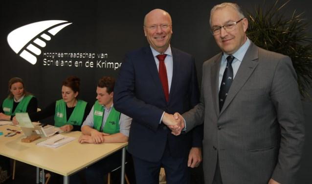 Waarnemend dijkgraaf Toon van der Klugt van het hoogheemraadschap van Schieland en de Krimpenerwaard schudt burgemeester Aboutaleb de hand.