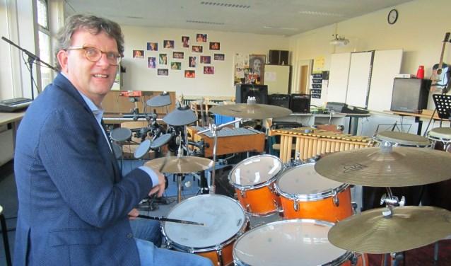 Geen aanwijsstok maar drumsticks. Rector Brocks vindt in het drummen de uitlaatklep waar hij wél met rake klappen de maat mag aangeven.