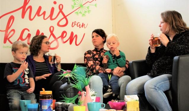 Moeders ontmoeten elkaar bij Kids&Koffie Zwolle. De bijeenkomsten zijn elke eerste en derde vrijdag van de maand. (foto: Henrike Joziasse)