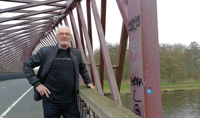Tom de Koning bij de brug over de Vlaardingse Vaart die volgens de Vlaardinger een opknapbeurt moet hebben (Foto: Peter Spek).