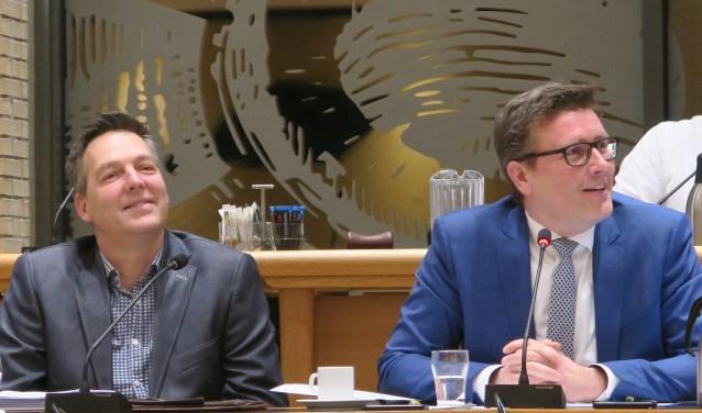 Bij wethouder Oosterwijk (rechts) en zijn ambtelijke ondersteuning in de persoon van K.Kolf kan er een lach af. (foto GvS)