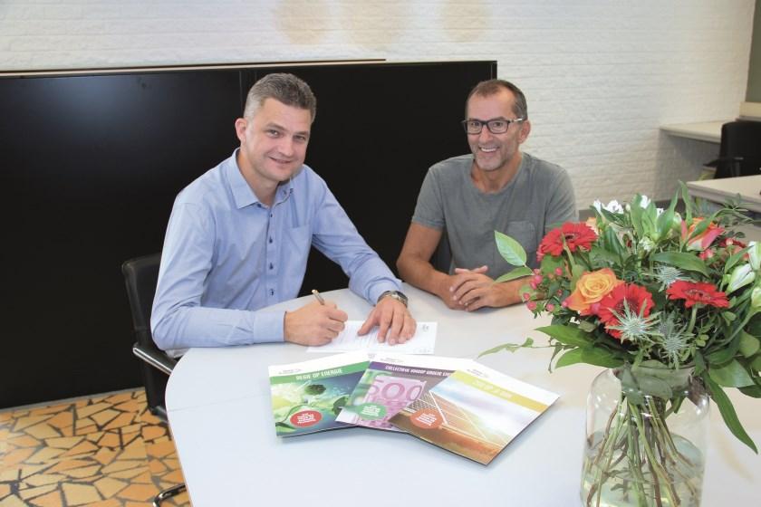 MKB Duiven en Groene Allianties De Liemers hebben hun krachten gebundeld. Op de foto tekent bestuurslid Jeroen Willems namens MKB Duiven de samenwerkingsovereeenkomst. Rechts Wim Nabbe.