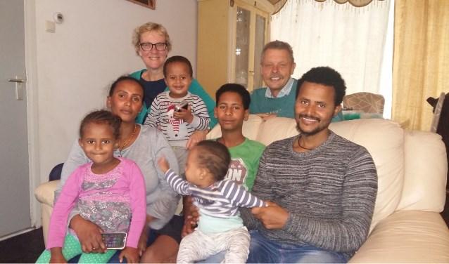 Francien en Cor Rijkers coachen en helpen het Eritrese gezin van Semhar en Hagos en hun kinderen. (foto: pr Vluchtelingenwerk)