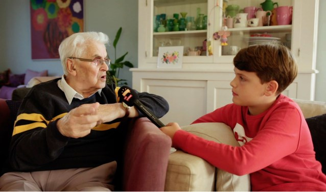 Tijdens de opnames gaan de ouderen over hun verhaal in gesprek met een Junior Reporter (jongeren tussen 11 t/m 15 jaar). FOTO: Omroep Brabant.