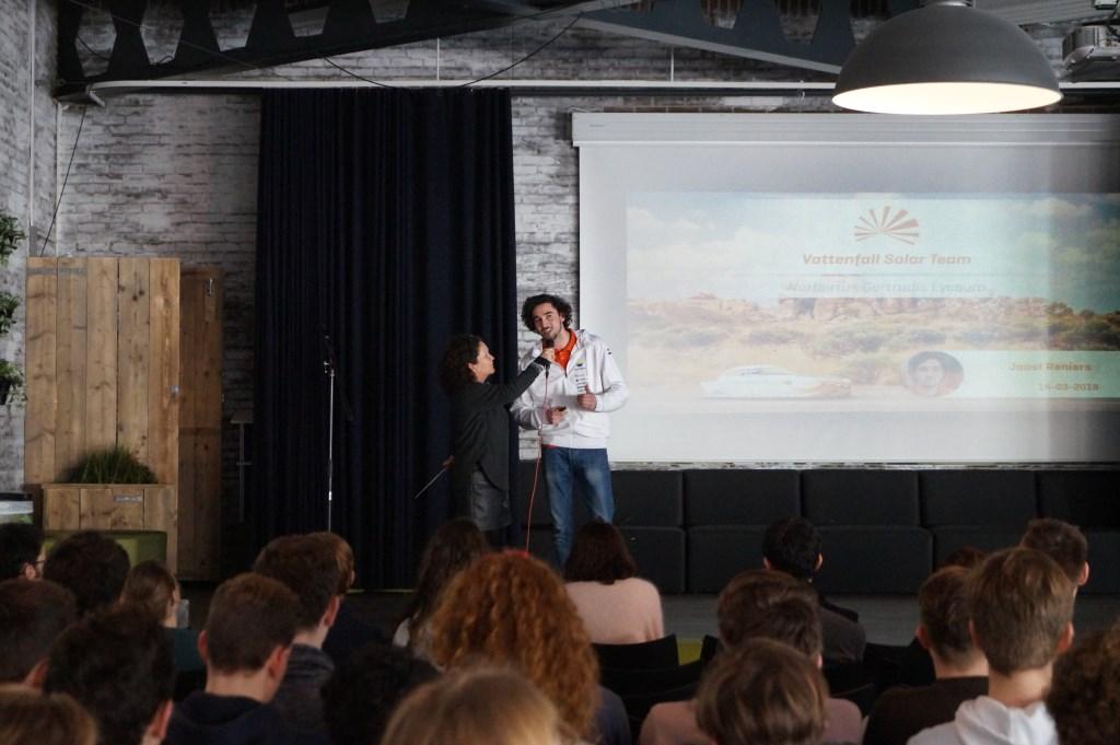Joost presenteert voor scholieren van het Norbertus Gertrudis Lyceum. Foto: Vattenfall Solar Team © Persgroep