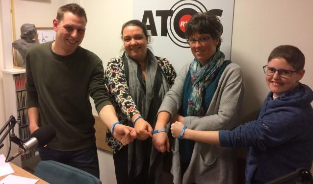 ATOS-presentator Bram de Waard, Sabine Schipper, Liesbeth van Utrecht en Cynthia van der Graaf met het blauwe bandje om. (Foto: Foto: Mirthe van Wijngaarden)