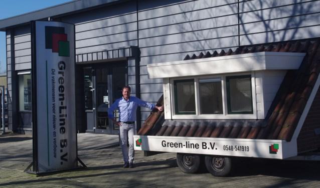 Richard Nijenkamp poseert trots voor het pand van Green Line met een van de producten die ze leveren.