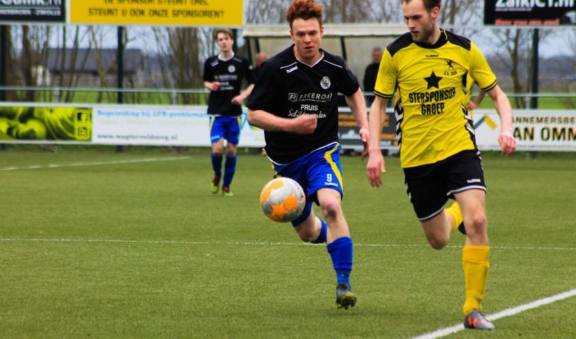 Joep van Apeldoorn was een kwelgeest voor de verdediging van sv Zalk. Uiteindelijk werd het 0-2 voor Hatto-Heim. Foto: Gradus Dijkman