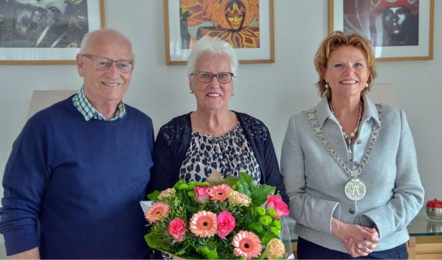 Henk van Gent en Tonny van Gent-Van den Ham kregen ter gelegenheid van hun gouden huwelijk een bezoek en felicitaties van burgemeester Petra van Hartskamp. (Foto: Paul van den Dungen)