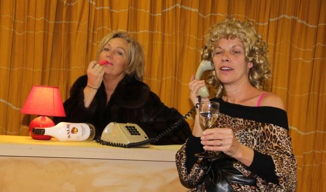 De voorstelling 'Boerenbont en Rode lampjes draait om twee prostituees - Dolly en Betty - die samen in een huis wonen.