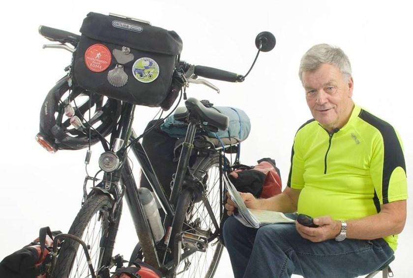 Henk Nijland fietst jaarlijks 5 tot 6 duizend kilometer in Nederland. Hij vertelt met veel plaatjes over zijn ervaringen, uitrusting en hij geeft tips voor reis- en verblijf onderweg (foto: Jacques Kok Fotografie).