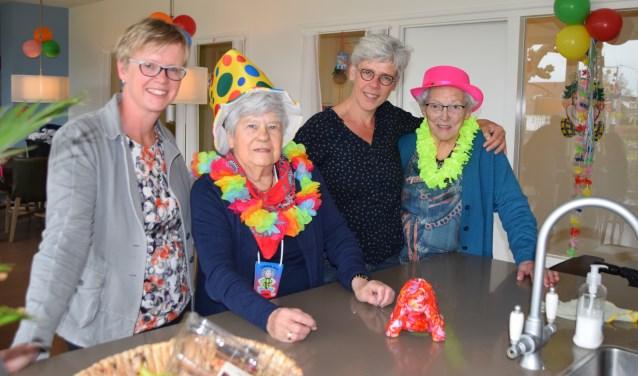 Bianca (links), Martha (derde van links) en twee bewoners. (Foto Hanneke Hoefnagel)