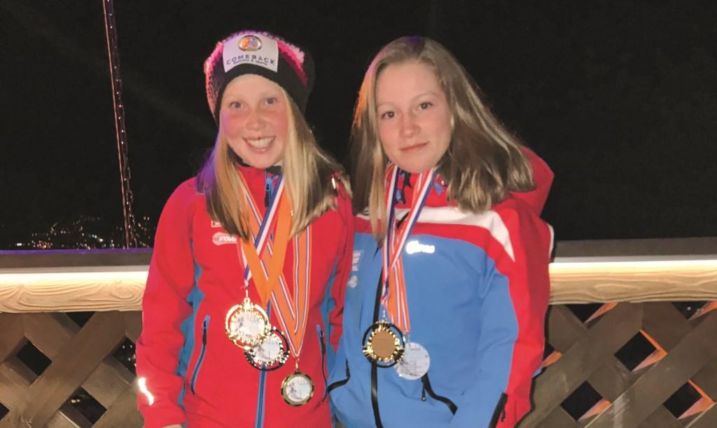 Sterre (links) en Iris van den Berg kwamen behangen met medailles terug van het NK in Oostenrijk.
