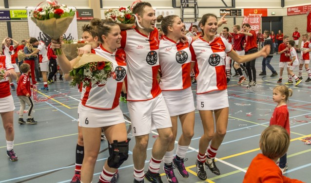 ODIK is kampioen. Willianne Davelaar, Gilbert Punt, Lydia Kas en Else de Vries vieren feest.