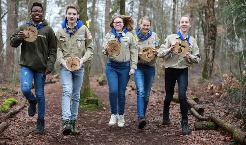 Jean Gardy, Sten, Nienke, Emma en Noëlle met de routebordjes voor de zes kilometer Jamboree wandeling op 7 april. (foto: Feikje Breimer)