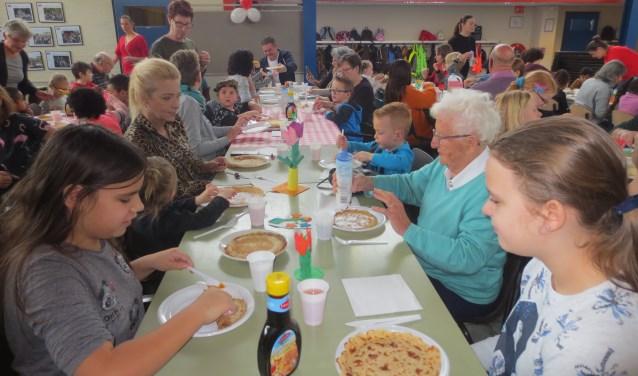 Gezellig, op school, met opa's en oma's aan tafel om pannenkoeken te eten. Eigen foto