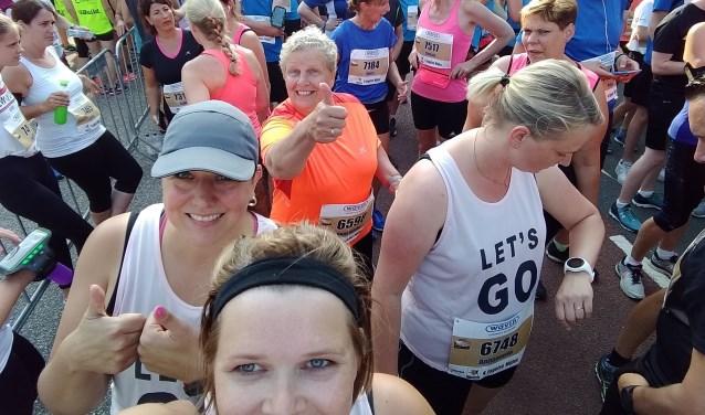 Annemieke Jolink bij de start van de vier mijl in Zwolle. Voor haar de hekkensluiters Frederieke, Gerdien en Annemarie.