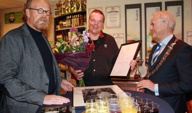 Van links naar rechts: Simon Muilwijk, Peter Tap - de huidige slager - en burgemeester Lokker. Foto: Mieneke Lever-van Dieren