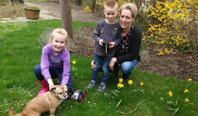 Kasper heeft vooral oog voor de auto die hij op zijn 4e verjaardag kreeg. Moeder Jolanda hoopt hem dit jaar een kunstalvleesklier te geven.