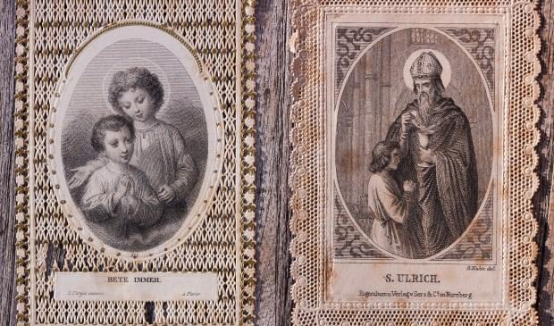 Voorbeelden van bidprentjes, ter illustratie.