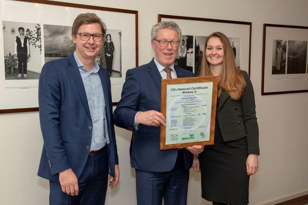 Gedeputeerde Jan Markink van de provincie Gelderland (midden) neemt het certificaat in ontvangst.