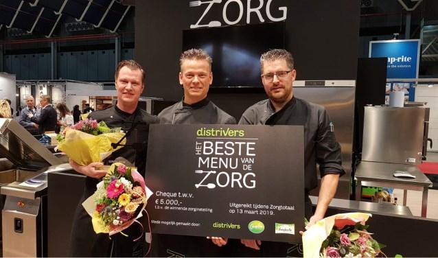 Niels Zillig, Niels Bron en Robin Schaap (van links naar rechts) namen trots de eerste prijs in ontvangst. Foto: Rivas