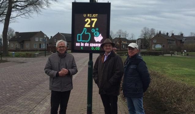 Links Tonny Strijbosch (dorpsraad Oploo), midden wethouder Huub Bellemakers, rechts Herman Vloet (dorpsraad Oploo).