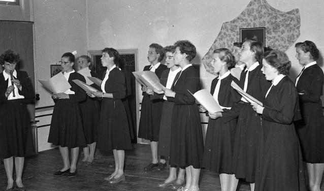 Kostschoolmeisjes repeteren voor een toneelvoorstelling, 1955, Foto: Fotopersbureau Het Zuiden, bron: coll. BHIC