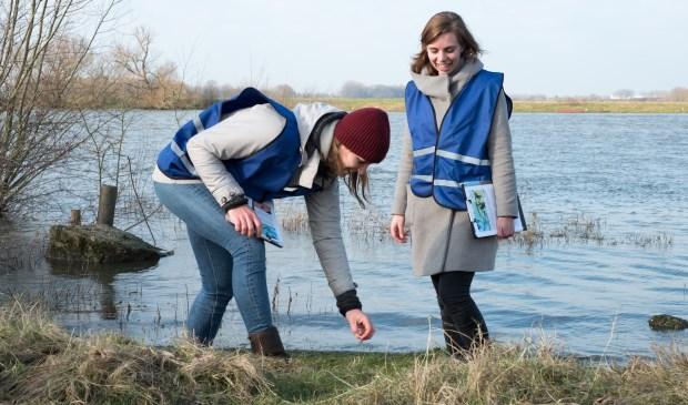 Vrijwilligers aan de waterkant aan het werk.