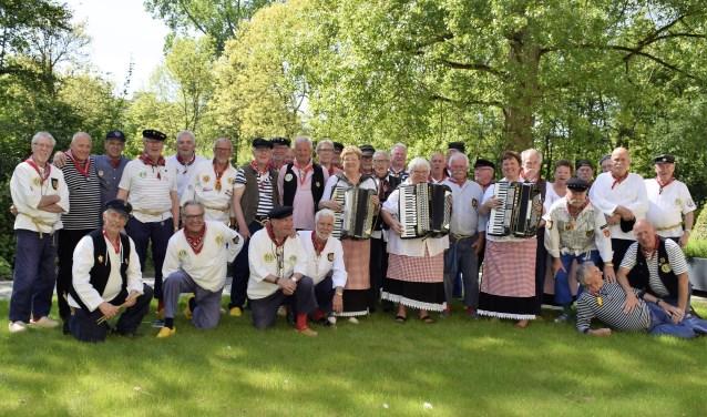 Het Rotterdamse Shantykoor Barend Fox treedt regelmatig op in Hoogvliet, steeds met een andere gast. Dit keer hebben zij het Heenvlietse Shantykoor 3x Niks uitgenodigd...