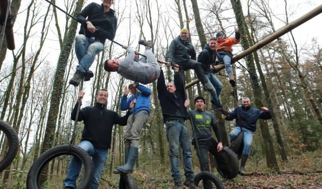 Een aantal zaterdagvrijwilligers van survivaltrainingsgroep Jan in 't Touw hangen al klaar voor de survivalrun op 31 maart. (foto: Feikje Breimer)