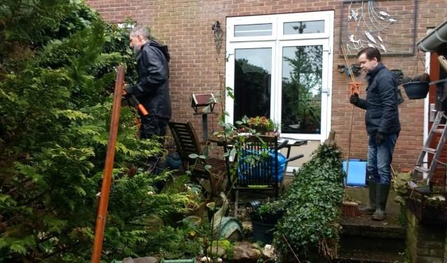 vrijwilligers op de NL Doet tuinendag in Geitenkamp