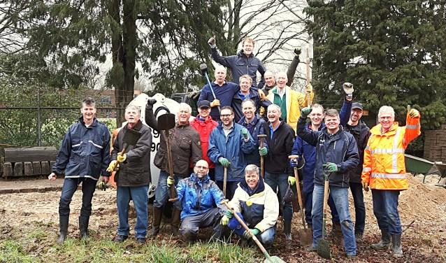 De heren van de Lions Club Apeldoorn. Hun motto: 'We serve!' Met schep in de hand aan het werk voor de Generatietuin tijdens het weekend van NLdoet.