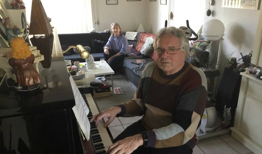 Herman de Wit met op de achtergrond zijn vrouw Ria. Herman kruipt nog graag achter de piano. (Foto: DFP)