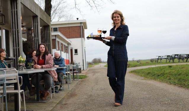 """Maartje voor Het Kunstgemaal Café. """"Binnenkort serveren we ook Achterhoekse wijn."""" (foto: Feikje Breimer)"""