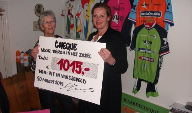 Evelien Schütters (rechts) overhandigt Ankie Kramer de cheque voor Bergh in het Zadel