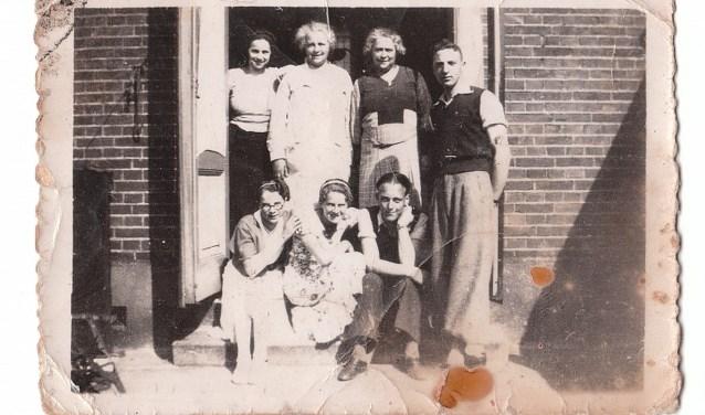 De familie van Gelder in gelukkiger tijden met vlnr staand Roosje, Carolina, Wilhelmina Wolff, Aron en zittend vlnrVogelina, Annette enBram.
