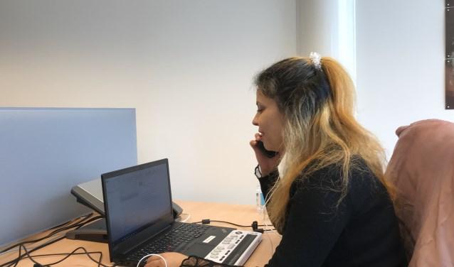 Amany Shalha aan het werk als commercieel medewerker. Foto Thomas Calis