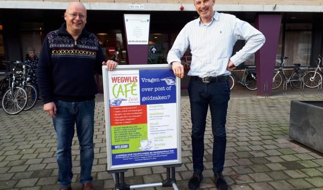 Vrijwilliger Henk ruiter links en maatschappelijk werker Bert winters rechts. FOTO: Maarten Bos