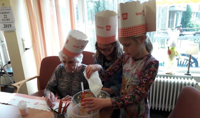 Samen de pannenkoekenmix voorbereiden.