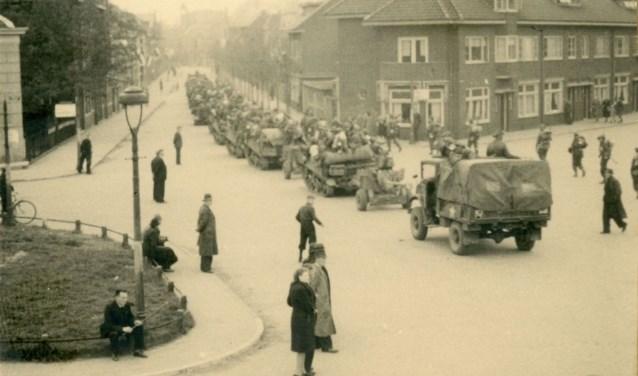 Canadezen trekken door Zwolle op op 13 april 1945,  op de hoek Hertenstraat en Deventerstraat (nu Van Karnebeekstraat).