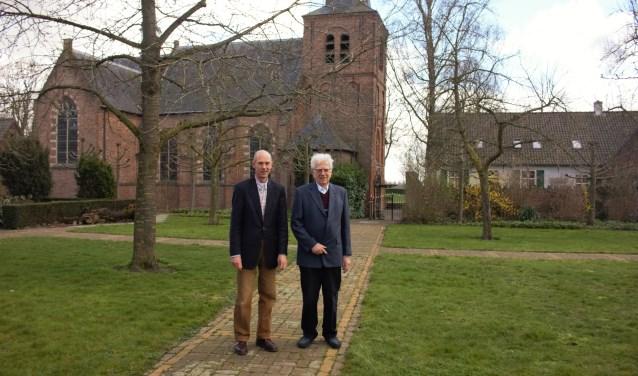 Jan van Heijningen (lid kerkbestuur) en emeritus pastoor Xaveer van der Spank staan voor de parochiekerk van de 650-jarige H. Antonius Abt parochie in Bokhoven. Tekst en foto: Lisette Broess-Croonen