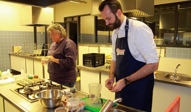 Wethouder Joost van der Geest hielp mee in de keuken. Eigen foto