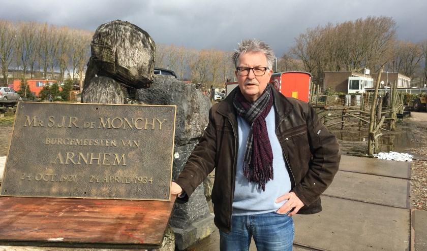 Theo Brink van de Stichting Kunst in de Publieke Ruimte in Arnhem met naast hem de teruggevonden plaquette van burgemeester De Monchy