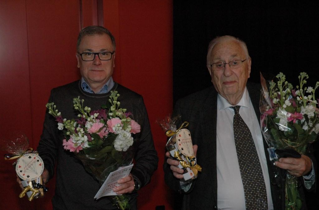 Rene Starremans en Kees Kaiser (wereldkampioen senioren, 1992) met hun prijs voor de 32e plaats. Foto: Peter Honcoop © Persgroep