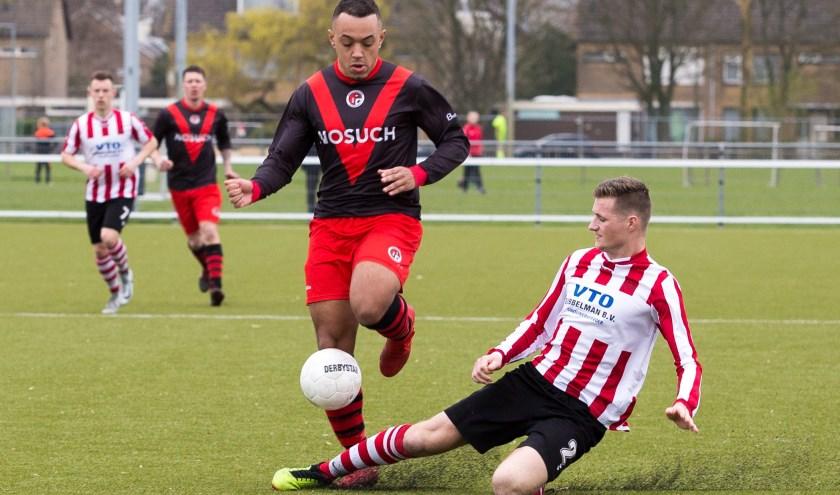 Jearlon Martina, maker van de derde goal, ontwijkt de tackle van een Zwaluwe-verdediger. (Foto: Edwin Schreurs)