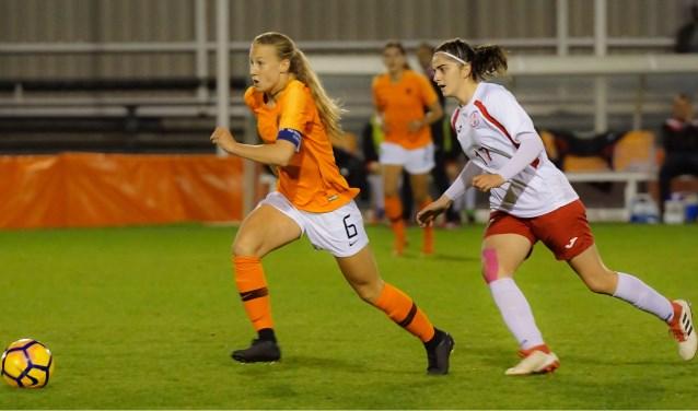 Ook in Oranje O17 geeft Dana Foederer uit Veldhoven zich maximaal. (FOTO: John Foederer)