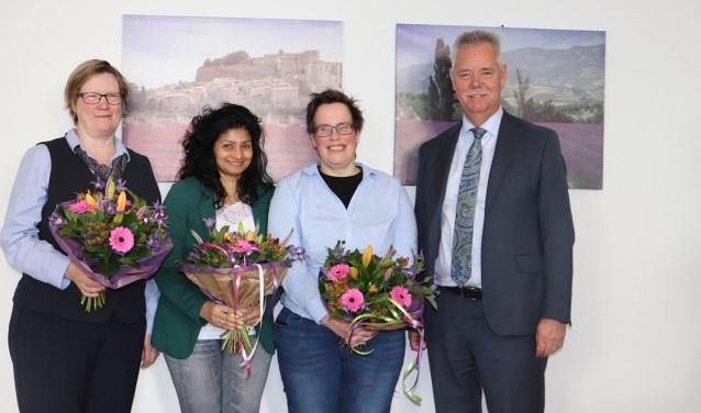 Wethouder Johan van Everdingen heeft Aruna Jiawon, Jeannette van Dijk en Saskia Olling afgelopen vrijdag in het zonnetje gezet. (Foto: gemeente Lopik)