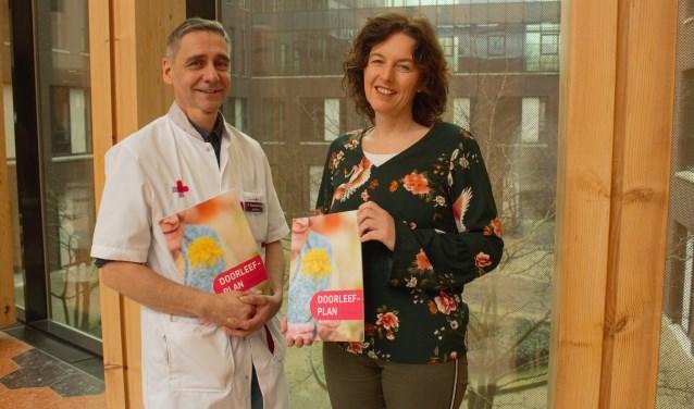 Geriater Paul Dautzenberg en Lian Vos van Saar aan Huis met het Doorleefplan dementie. Hierin staan handvatten voor dementerenden en hun mantelzorgers om zo fijn mogelijk door te leven.